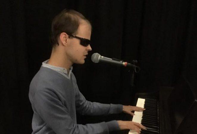 Jánoki Már zongorázik és énekel Terézvárosban a fehér bot napján