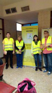 A képen csapatunk a VGYKE roll up előtt áll