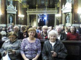 Néhány terézvárosi klubtag hallgatja ülve az előadást a Bazilikában