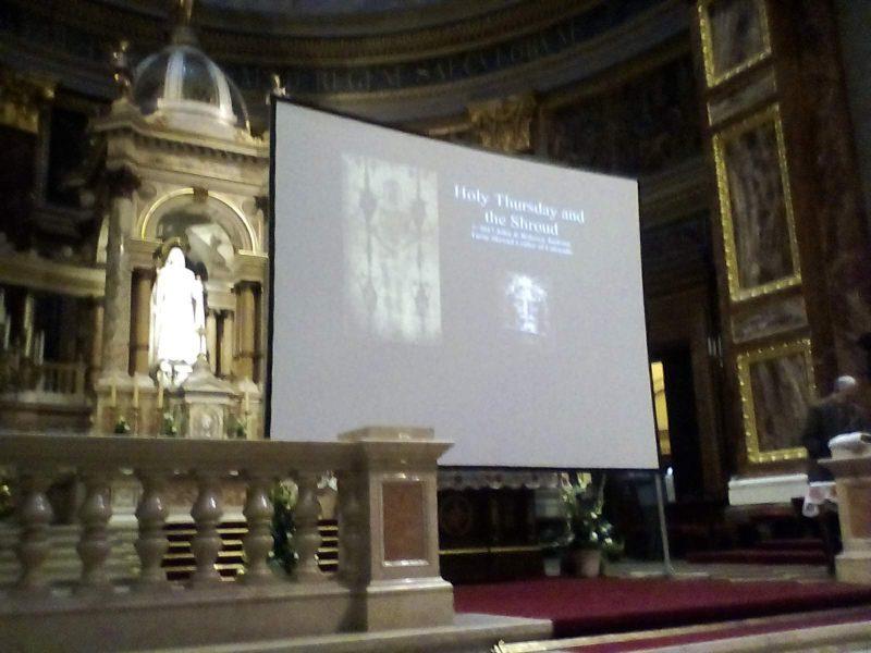 A képen az előadáson használt vetítővászon látható a Szent István Bazilikában