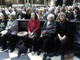 A képen a terézvárosi klubtagok ülnek a Bazilikában, az első sorban