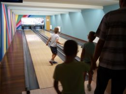 Gyerekek és felnőttek a bowling-pálya mellett az angyalföldi bowling-napon