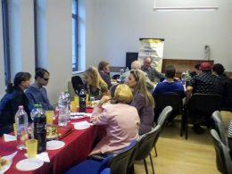 A terézvárosi fehér bot napján a nézők és az előadók egy fogadáson esznek és beszélgetnek egymással az ünnepi műsor után
