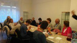 A rákosmenti klubtagok egy asztal mellett ülve beszélgetnek