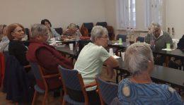 A képen az újpesti klubtagok egy asztal körül ülnek