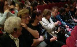A képen a terézvárosi klubtagok láthatóak a színházteremben