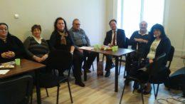 A hetedik kerületi klub tagjai asztalok mellett ülve beszélgetnek a klubnapon