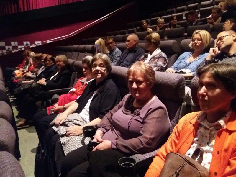 A képen az óbudai klubtagok láthatóak, a színház széksoraiban ülnek