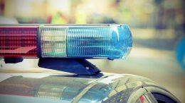 a képen egy rendőrautó piros és kék fényjelzése látható