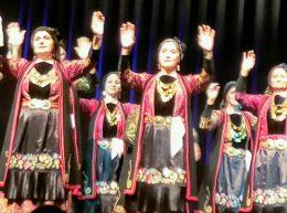 Ellinizmosz görög tánccsoport látható a képen, népviseletbe öltözött táncoló nők