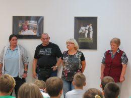 Az újpesti érzékenyítésen Panka beszél a diákokhoz, mellette áll Terike és Attila, a kép szélén a kutyák kiképzője, Darinka látható