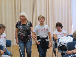 Panka és egy diák bemutatja azt, hogyan kell segíteni egy zebrán egy látássérültnek
