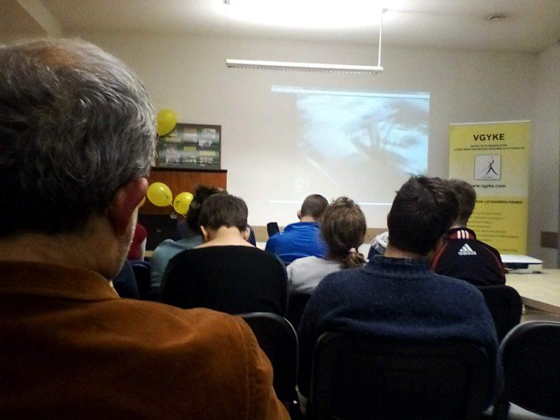 A terézvárosi klub tagjai audionarrált vetítést néznek