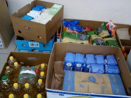 pár doboz látható, közel 100 kg-nyi élelmiszeradománnyal, melyet az élelmiszerbankos gyűjtés keretein belül kaptunk