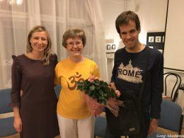 A képen Zsuzsa és Peti látható, a rákosmenti klub két szervezője, mellettük egy mosolygó hölgyvendég a klubprogramról