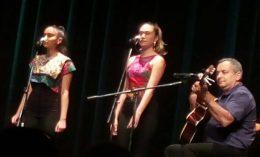 A Romano Glaszo zenekar látható a képen, 2 fiatal hölgy és egy gitáros férfi