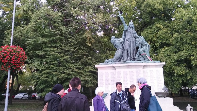 A kispesti klubtagok egy szobor előtt állnak