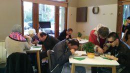 A kirándulócsoport a cukrászdában ül több asztalnál
