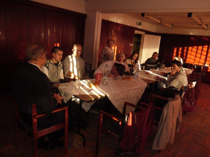 A 18. kerületi klubtagok egy asztal mellett ülnek
