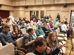 A kispesti klubtagok a KMO-ban, a nemzetiségi esten várják a program kezdetét a székeiken ülve