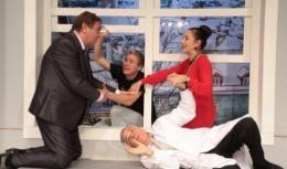 az előadás egy részlete látható, 4 színész van a jelenetben