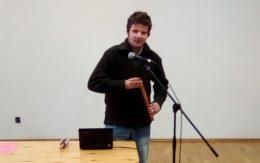 Domoszlai János kenán játszik az újpesti közönségnek a fehér bot napján