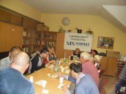 A kispesti klubterem nagy asztala látható a képen, körülötte tagok