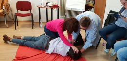 A képzés néhány tagján ambu babán gyakorol