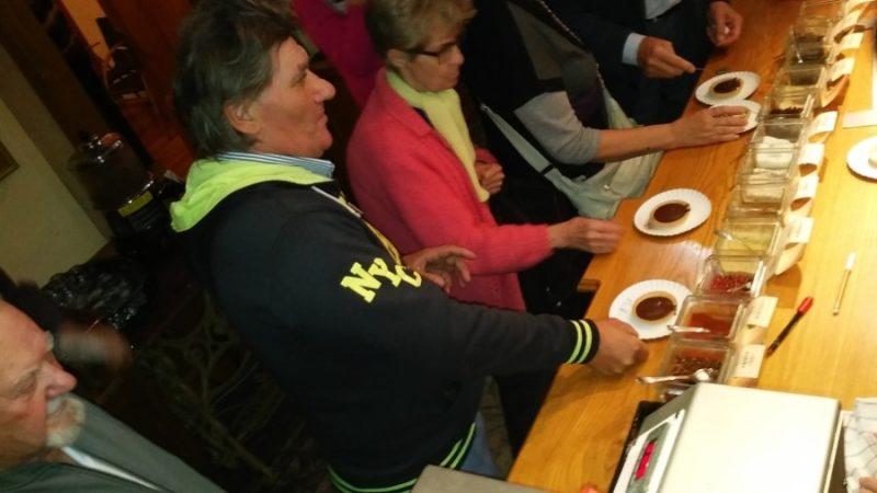 A rákosmenti klubtagok a csokikóstolásra készen ülnek egy asztalnál