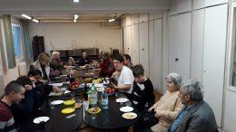 A XVIII. kerületi klubtagok egy asztal körül ülve beszélgetnek egymással