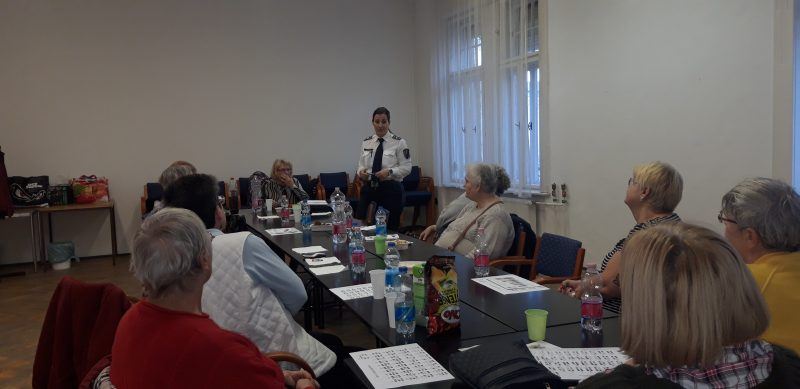 A körzeti megbízott beszél az újpesti klubtagoknak
