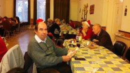 A klubtagok a kispesti Mikulás ünnepségen egy asztalnál ülnek