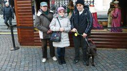 A kispesti csoport egy része egy árusító bódé előtt áll