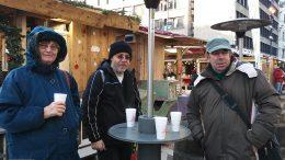 A kispesti klubtagok forró teát isznak a vásárban