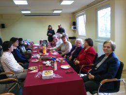 A békásmegyeri klub tagjai egy asztal körül ülve hallgatják Terike köszöntójét