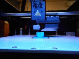 A képen a 3d nyomtató látható nyomtatás közben