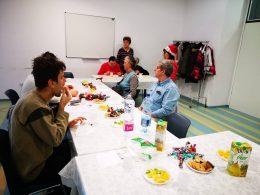 A képen a zuglói klubtagok örülnek a klubnapon kapott ajándékoknak