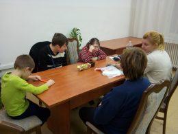 Az angyalföldi klubtagok egy asztal körül ülve beszélgetnek