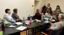 Az újpesti egészségügyi szolgálat képviselői beszélnek az újpesti klubtagoknak