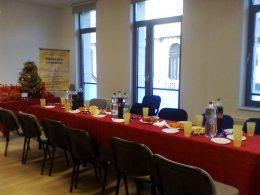 Vörös terítő és gazdagon terített asztal látható a képen, mely a terézvárosi klubtagokat várta