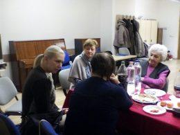 A képen Mészáros Ágnes beszélget a terézvárosi klub tagjaival