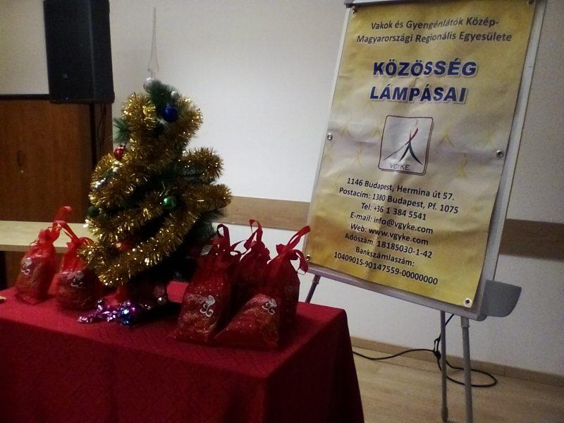 kisméretű karácsonyfa látható a képen, mely a terézvárosi klubtagokat várta decemberben