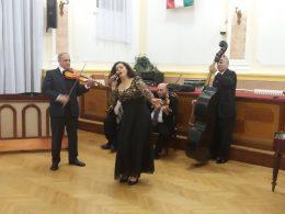 Lugosi Katalin énekel a kispesti roma gálán