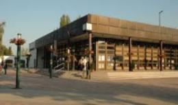 A képen a békásmegyeri klubnak helyet adó épület bejárata látható