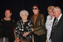 A csoportképen a Klub alapítója, Marika néni, a dabasi egyesület elnöke, Editke, valamint a VGYKE elnöke, Fodor Ágnes látható, illetve Ádámné Szladovits Valéria, a VGYKE egyik vezetője