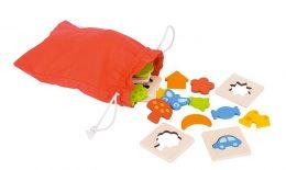 A képen a párosító játék zsákja és a játék más darabjai láthatóak