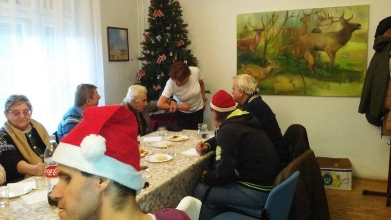 A rákosmenti klub tagjai egy asztal mellett ülve figyelnek az előadásra