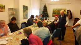 A rákosmenti klub tagjai egy hosszú asztal mellé ülnek le