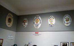 A képen a Postamúzeum egyik belső tere látható, régi postai eszközökkel