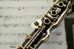 A fotón klarinét látható, a háttérben pedig kotta.